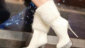 احذية شتوية باللون الأبيض